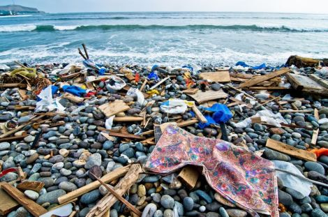 1336446316-lima-beaches-strewn-with-rubbish-after-sea-storm_1200869